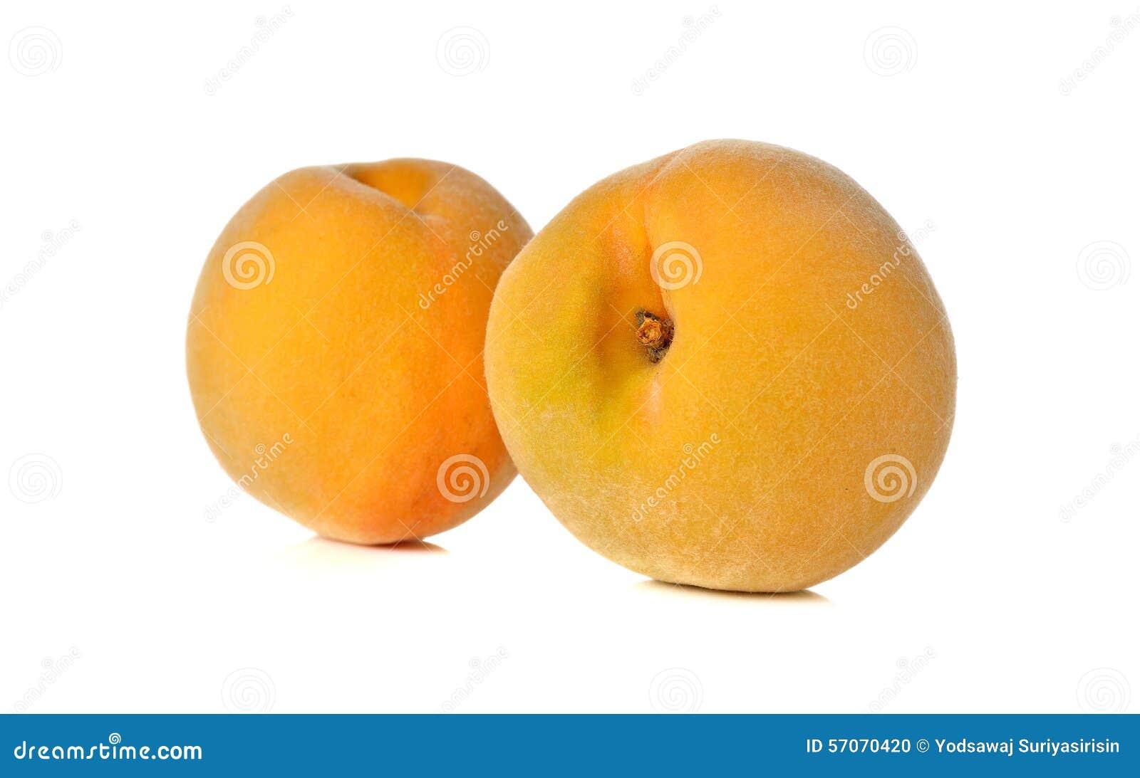 Rijpe perzik op witte achtergrond
