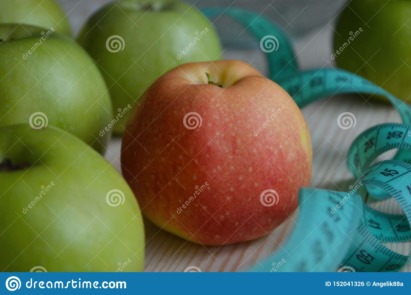 Rijpe rode appelen op houten achtergrond