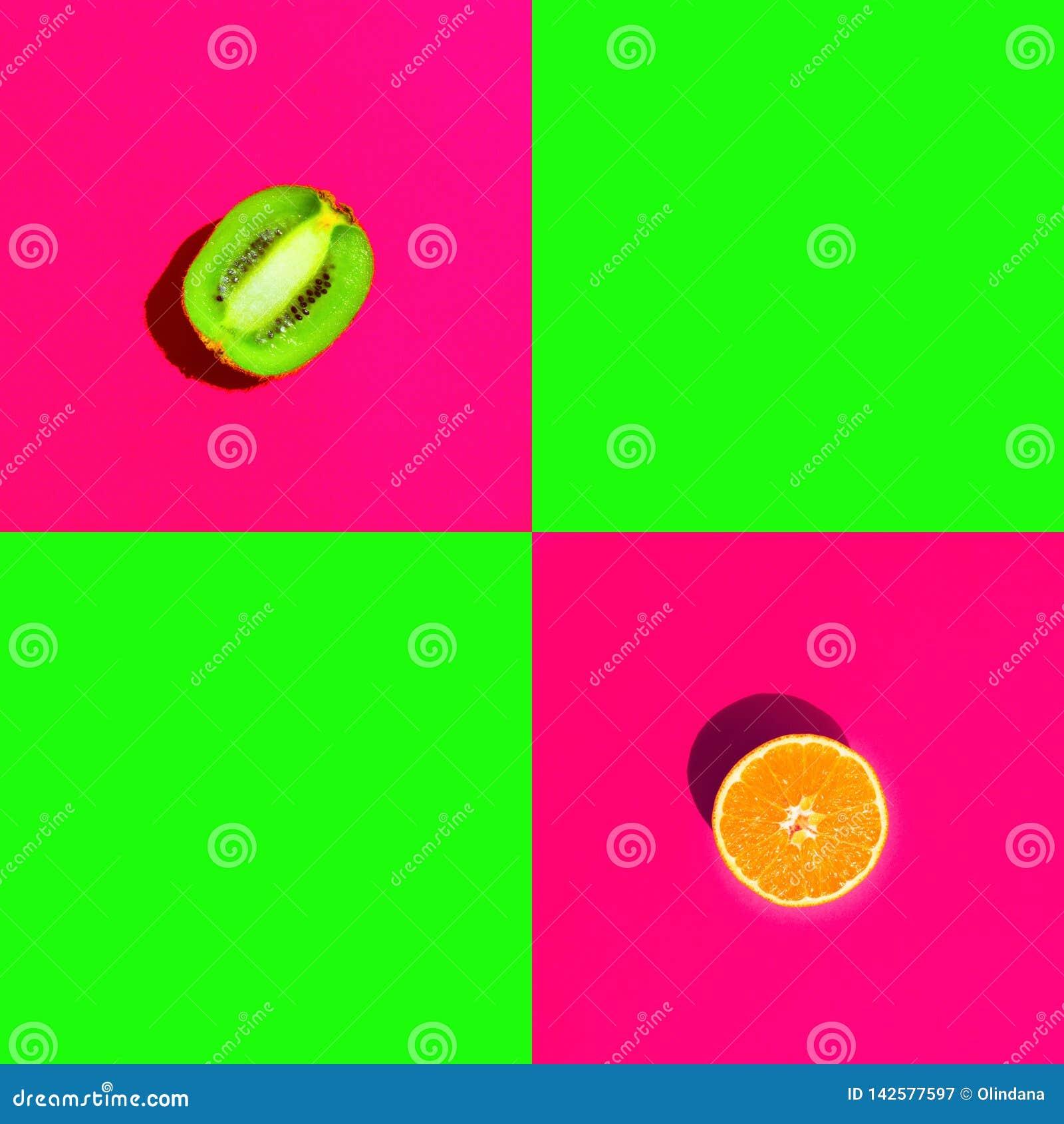 Rijpe sappige gehalveerde oranje kiwi op fuchsiakleurig roze groene achtergrond van het duotone de heldere neon met lege vierkant
