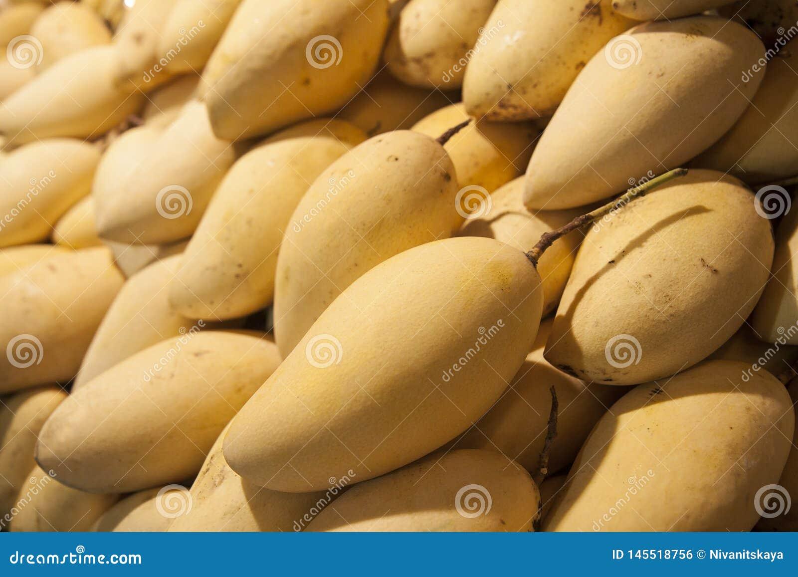 Rijpe sappige mango op de teller Heel wat mangoachtergrond