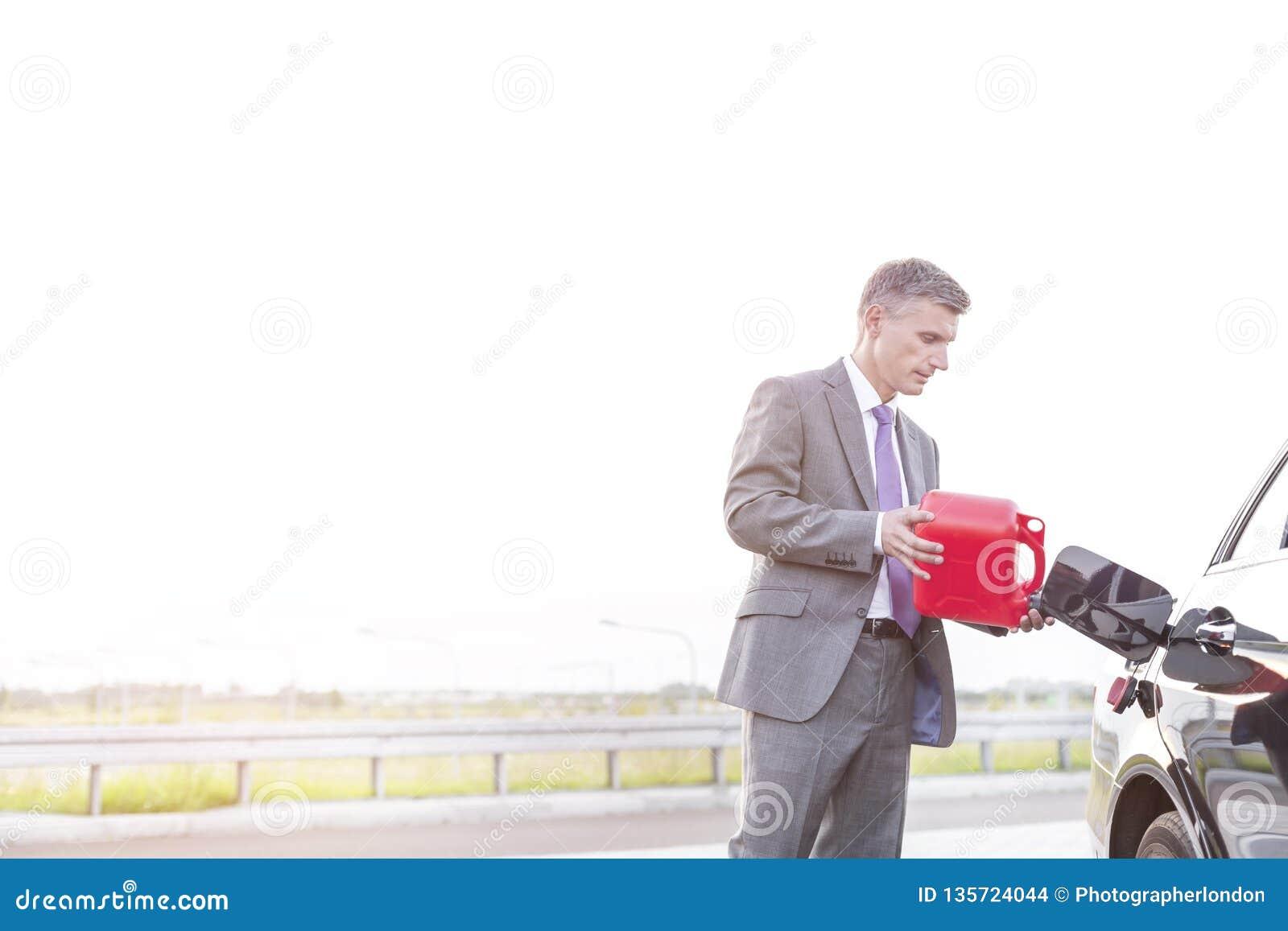 Rijpe uitvoerende van brandstof voorziende auto met bus tegen hemel