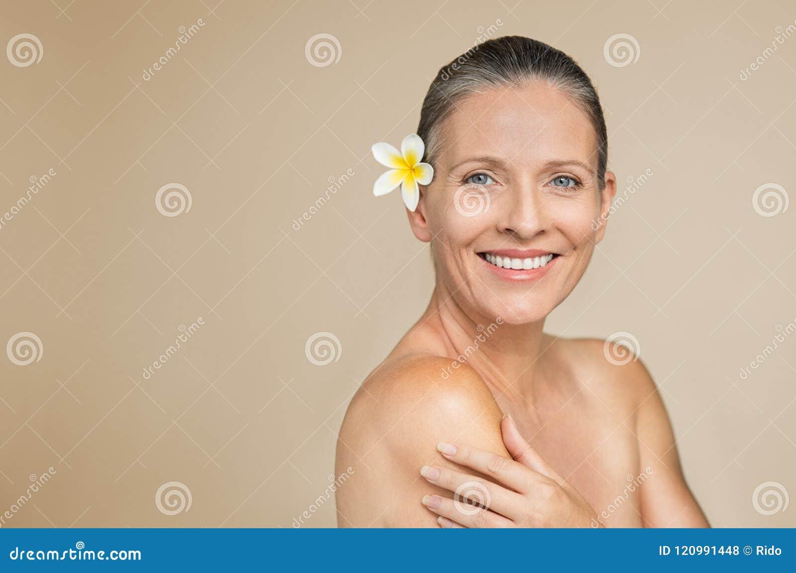 Rijpe vrouw skincare