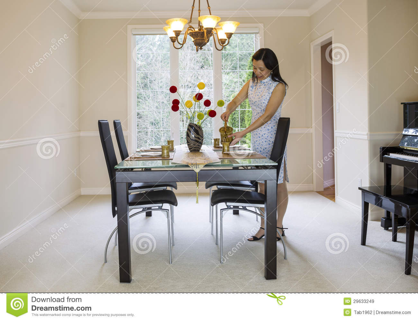 Rijpe vrouwen gietende thee stock afbeelding afbeelding 29633249 - Formele meubilair ...