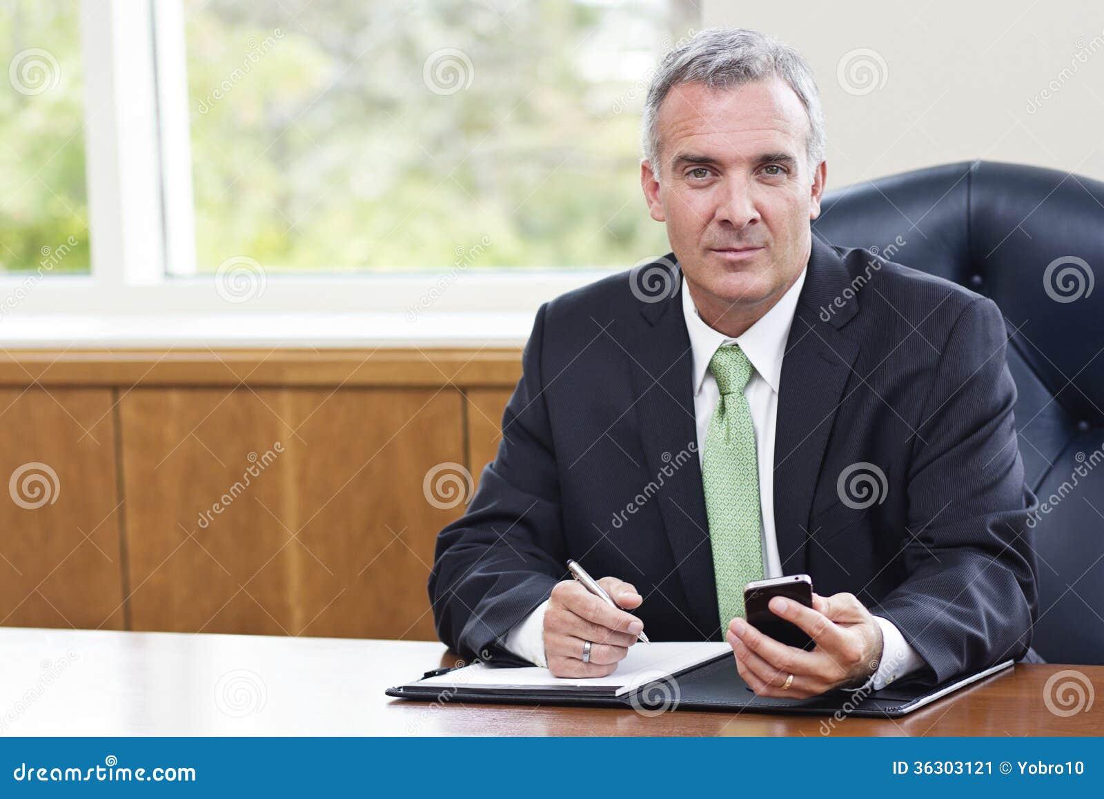 Rijpe Zakenman die in zijn bureau werken