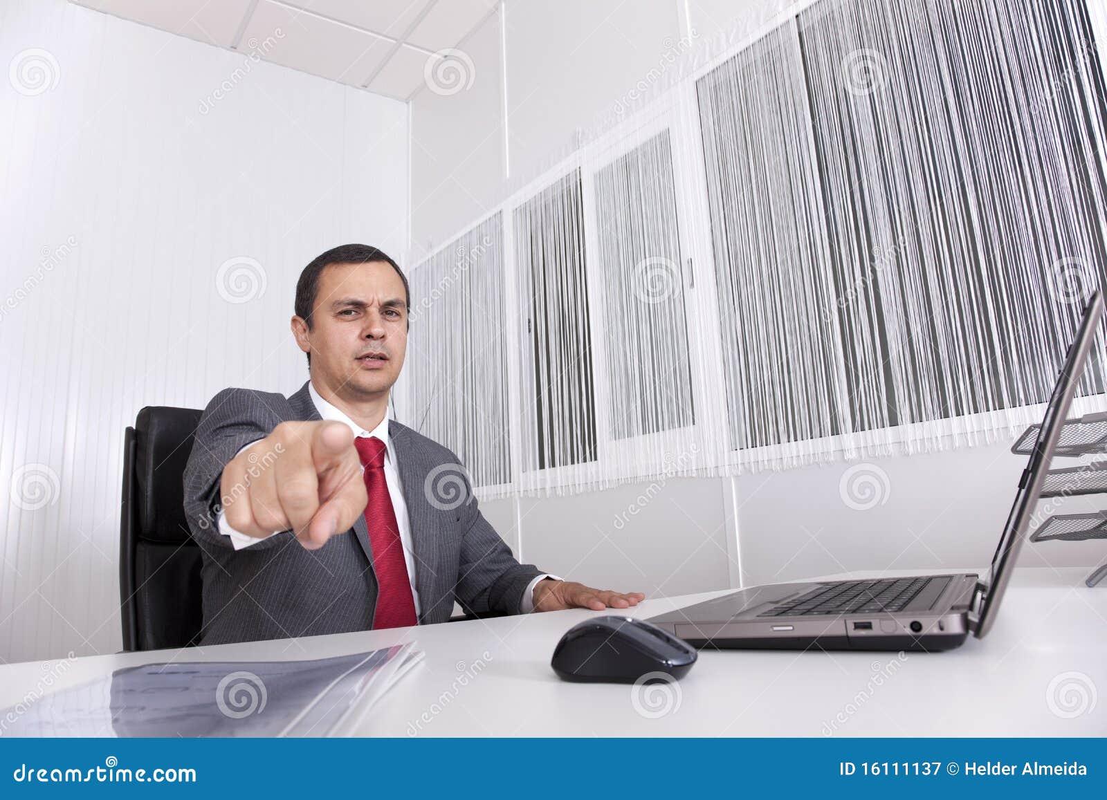 Rijpe zakenman op het kantoor dat aan u richt
