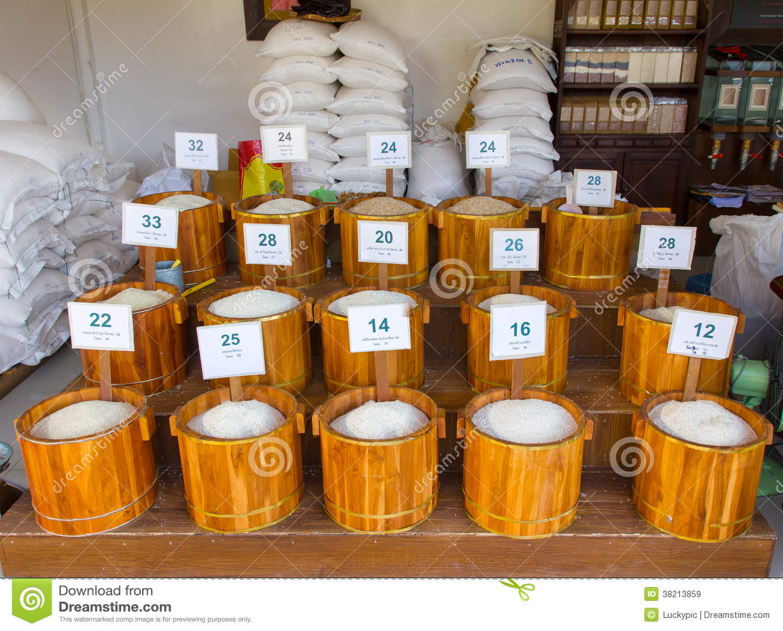 Rijst in houten bak bij de Thaise markt