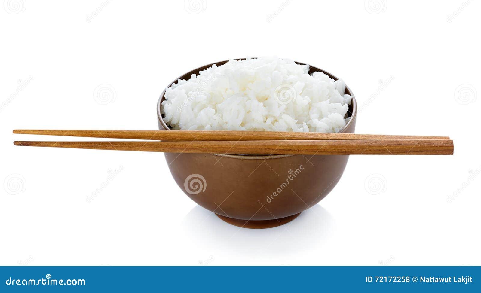 Rijst in kom en eetstokjes op witte achtergrond