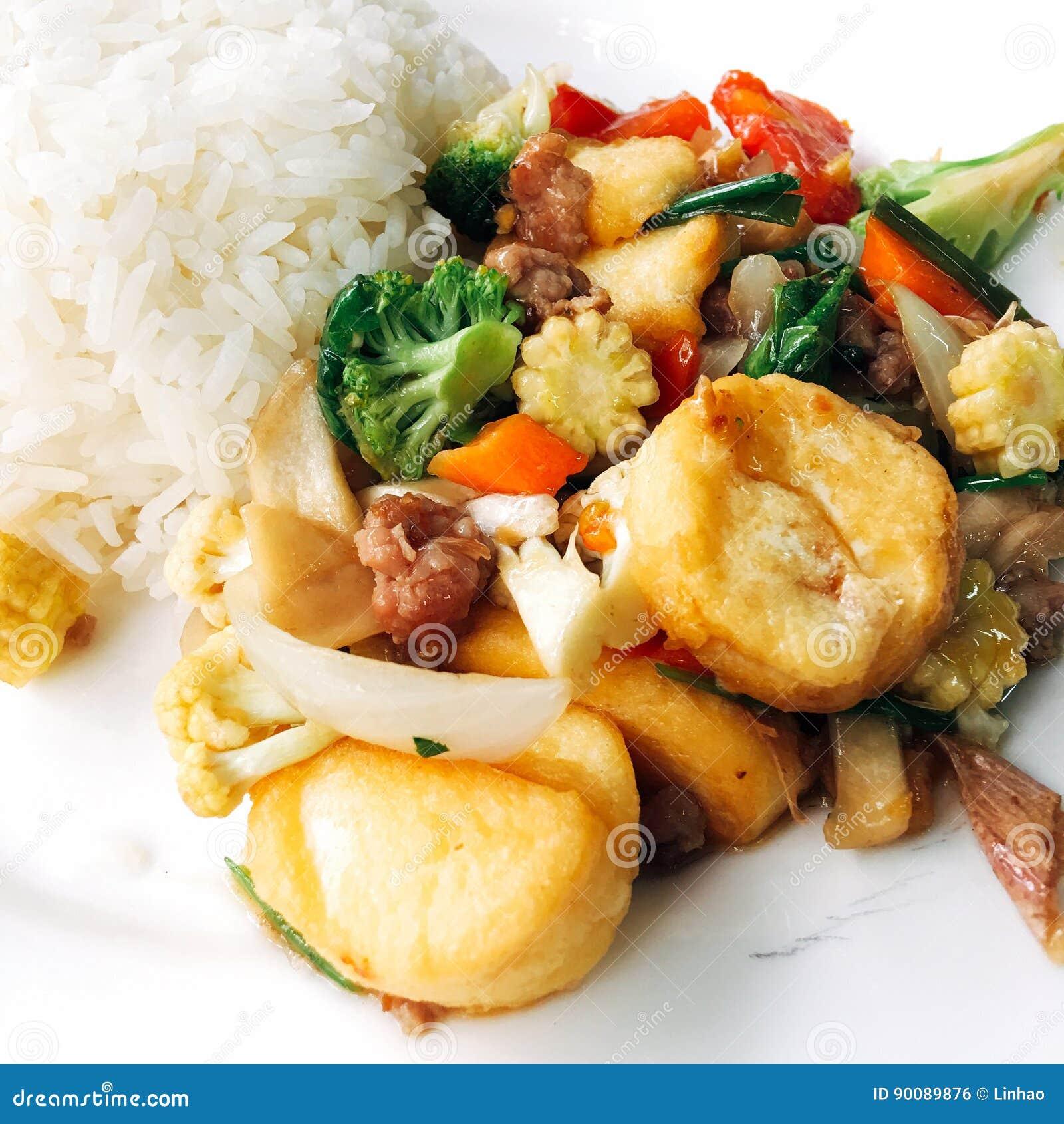 Rijst met gebraden gemengd Tofu