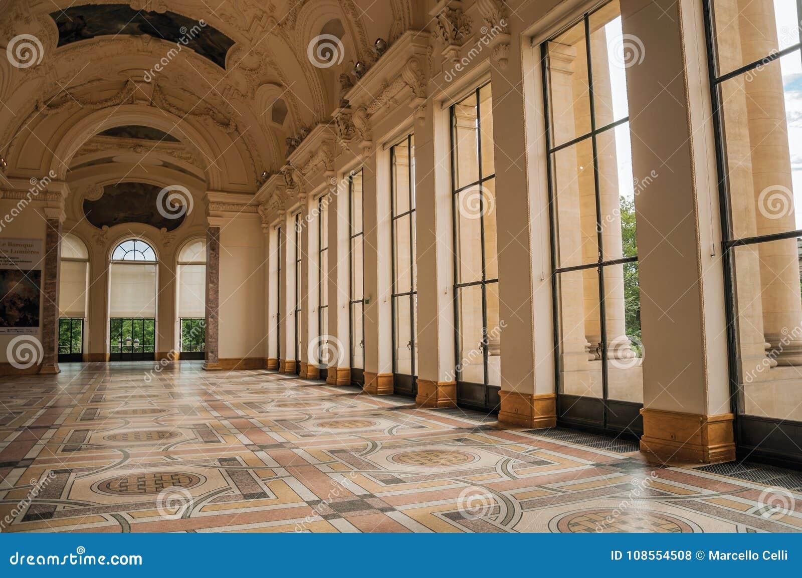 Rikt dekorerad korridor på ingången av Petit Palais i Paris