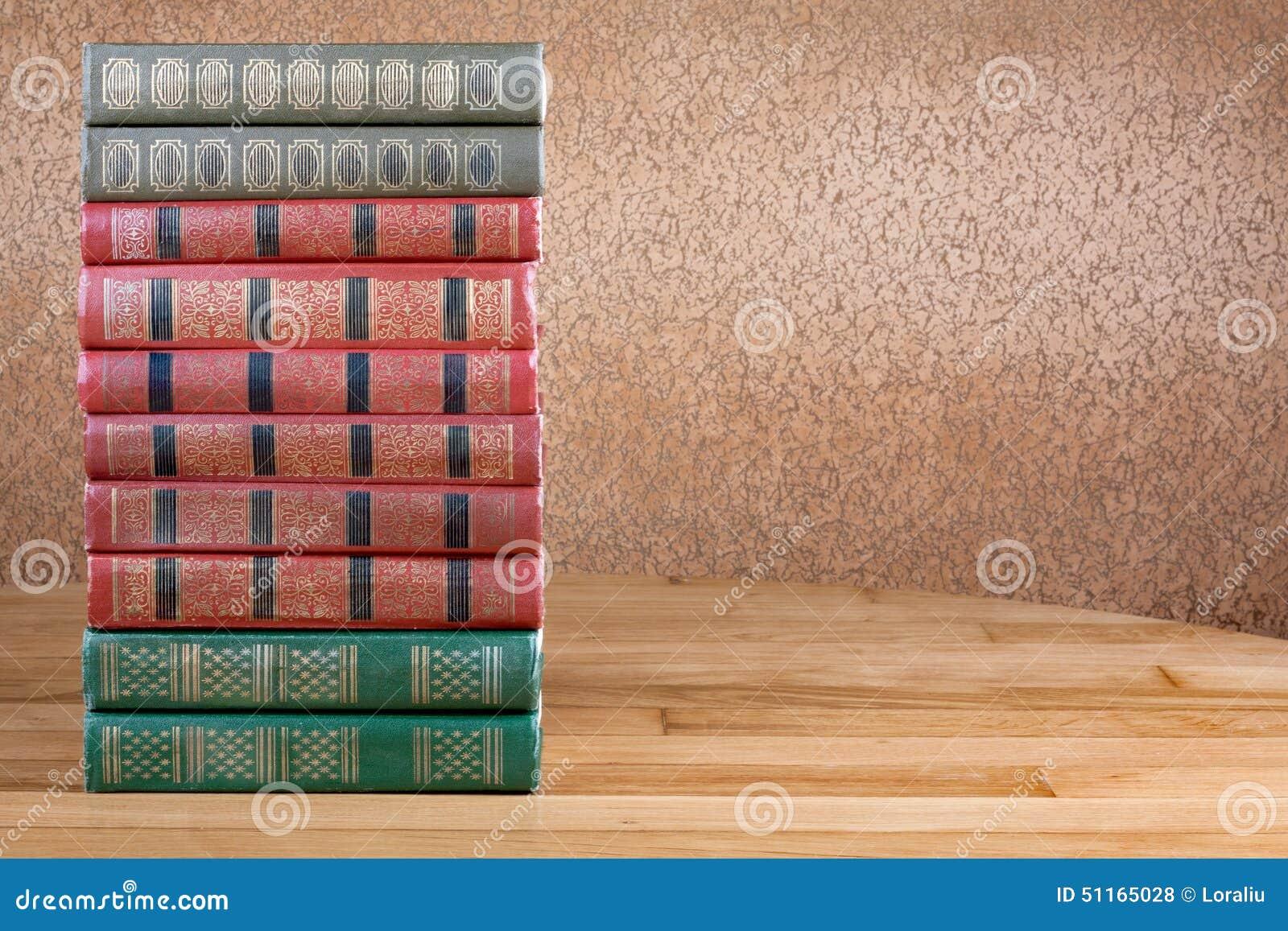 Rikt dekorerade volymer av böcker med en guld- bokstäver