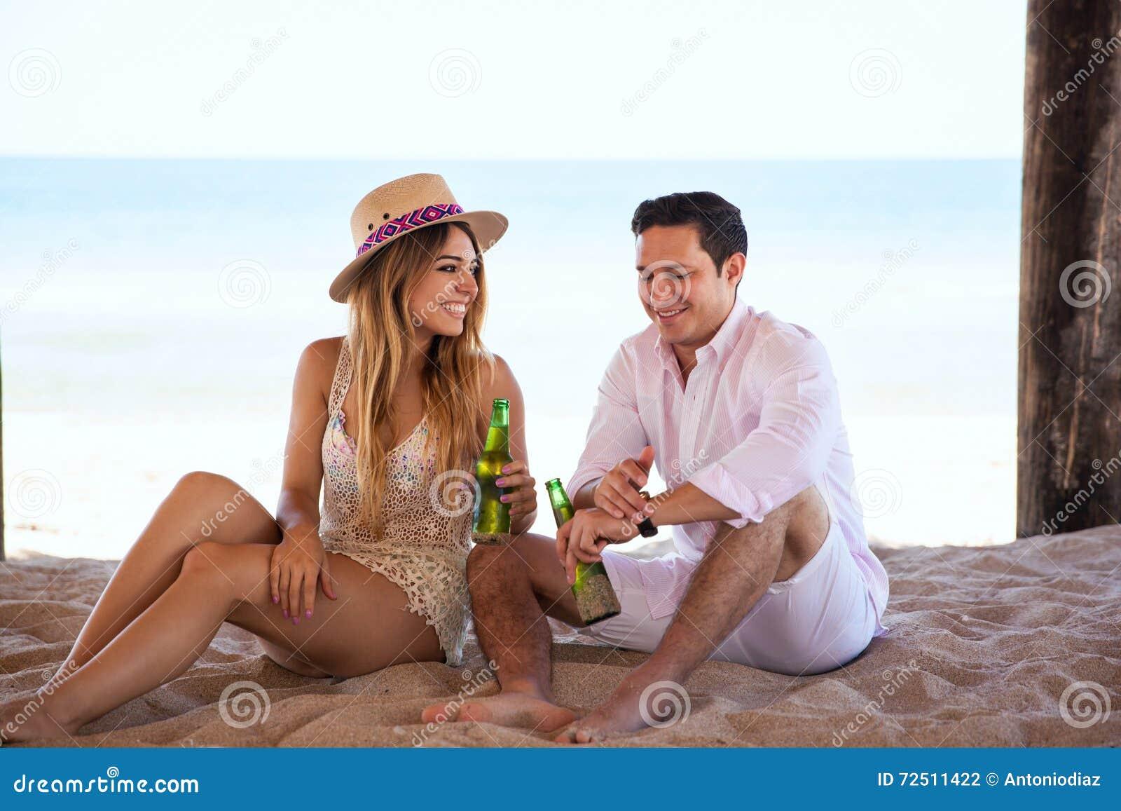 Rilassandosi alla spiaggia e flirtare
