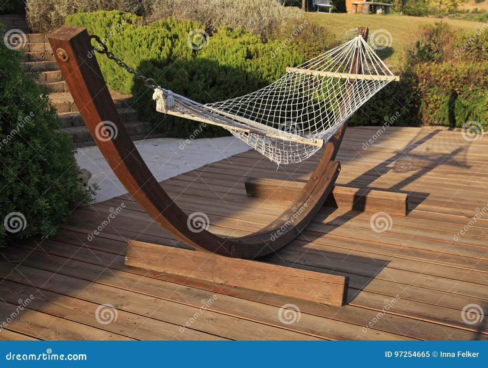 Rilassi L\'amaca Sul Terrazzo Di Legno Un Giorno Soleggiato Immagine ...