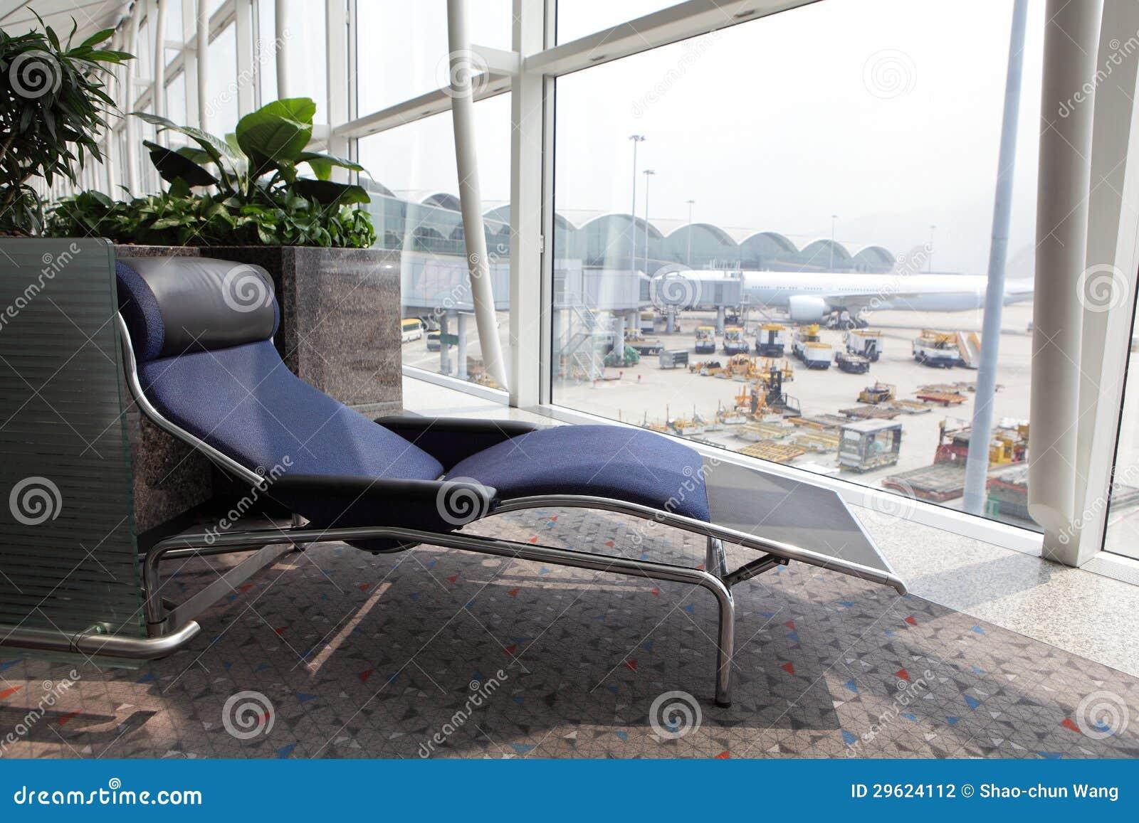 Lo Sdraio O La Sdraio.Rilassi Lo Sdraio All Aeroporto Fotografia Stock Immagine Di
