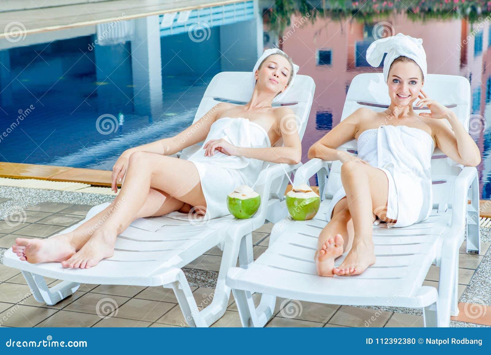 Rimorchi le belle giovani donne ha avvolto l 39 asciugamano bianco che si trova sul letto del sole - Foto di donne sul letto ...