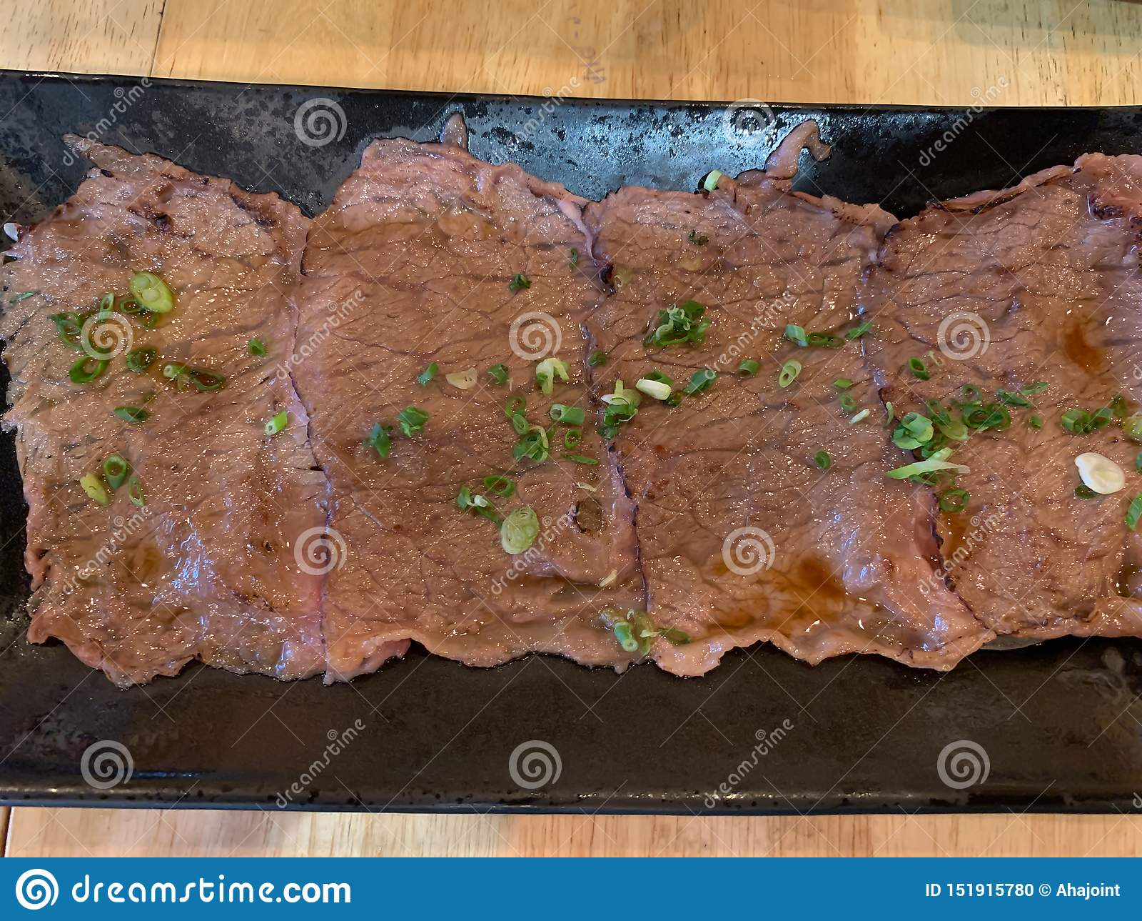 Rindfleischbrand auf Tellerhintergrund