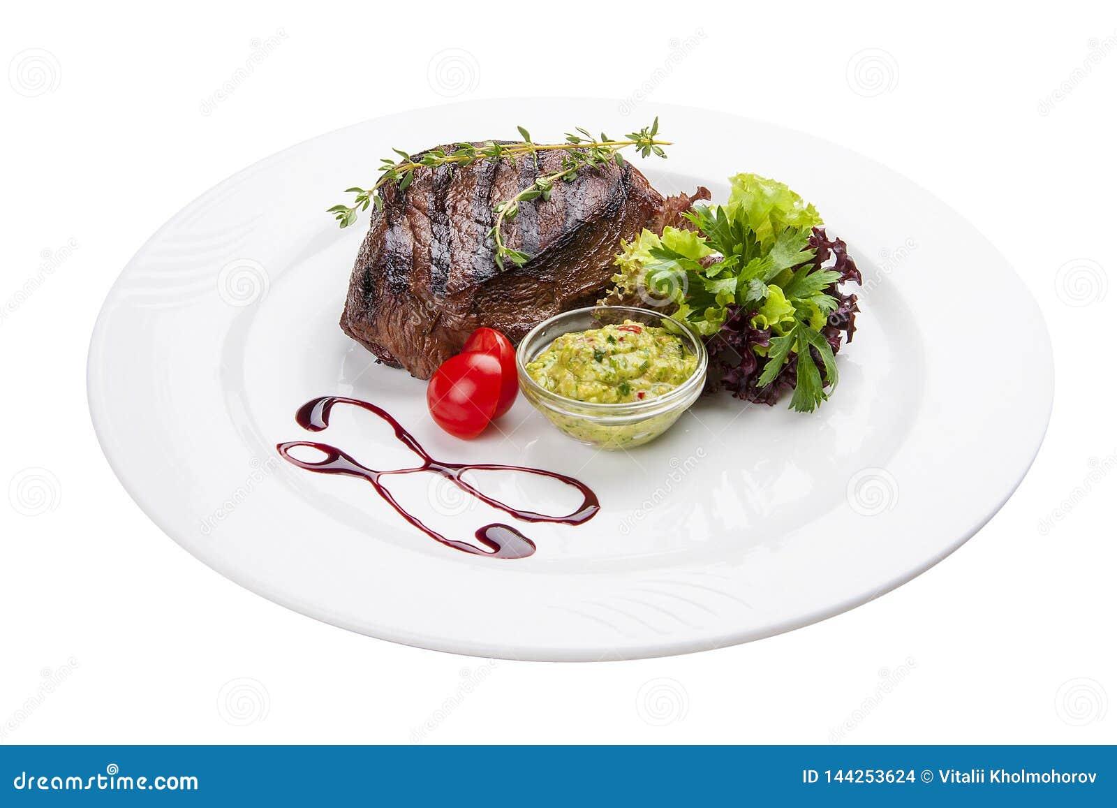 Rindfleischsteak mit Guacamolesoße Auf einer weißen Platte