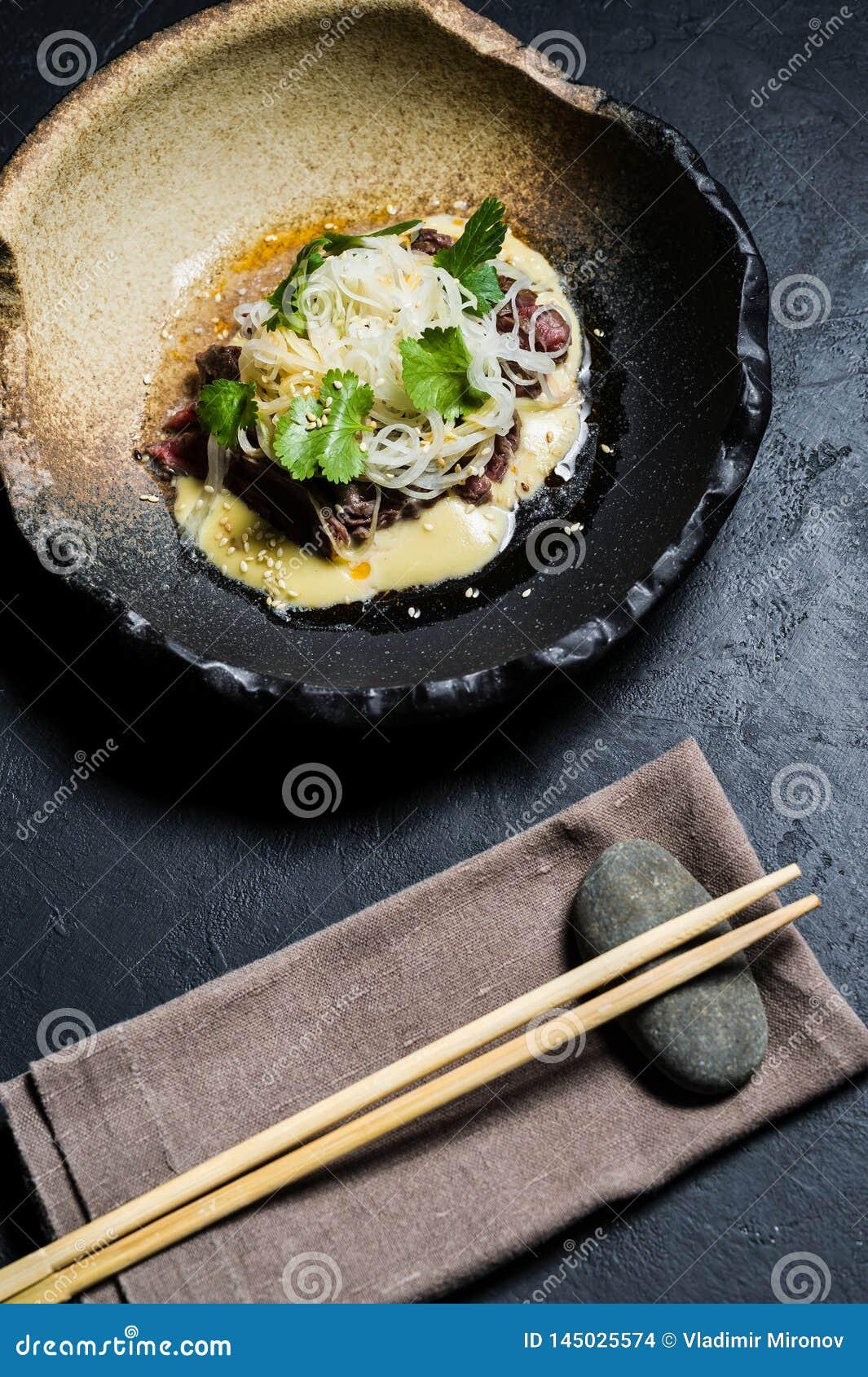 Rinforzi il filetto con le tagliatelle di vetro e del salsa, fondo scuro
