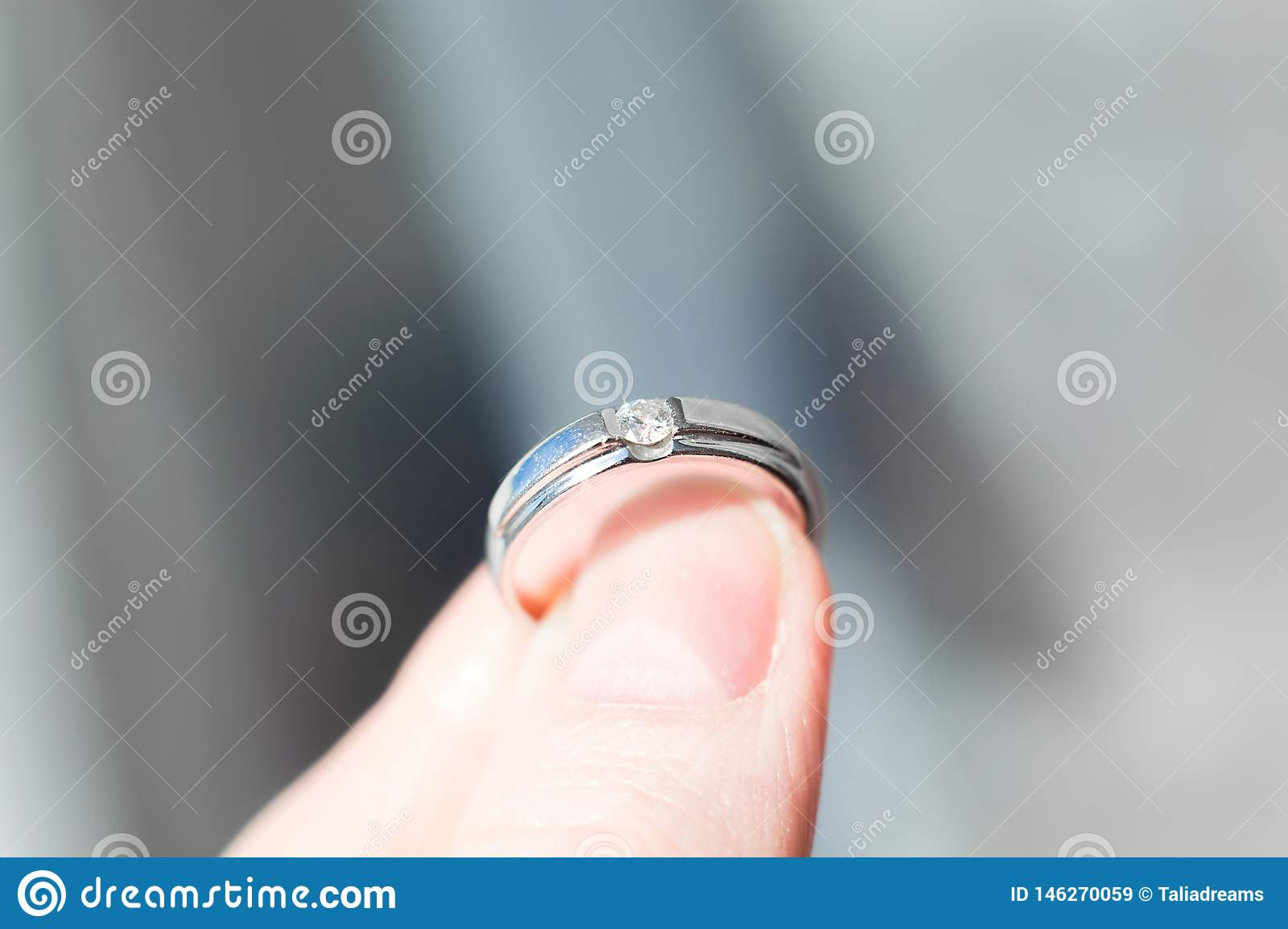 Ring with brilliant in fingers