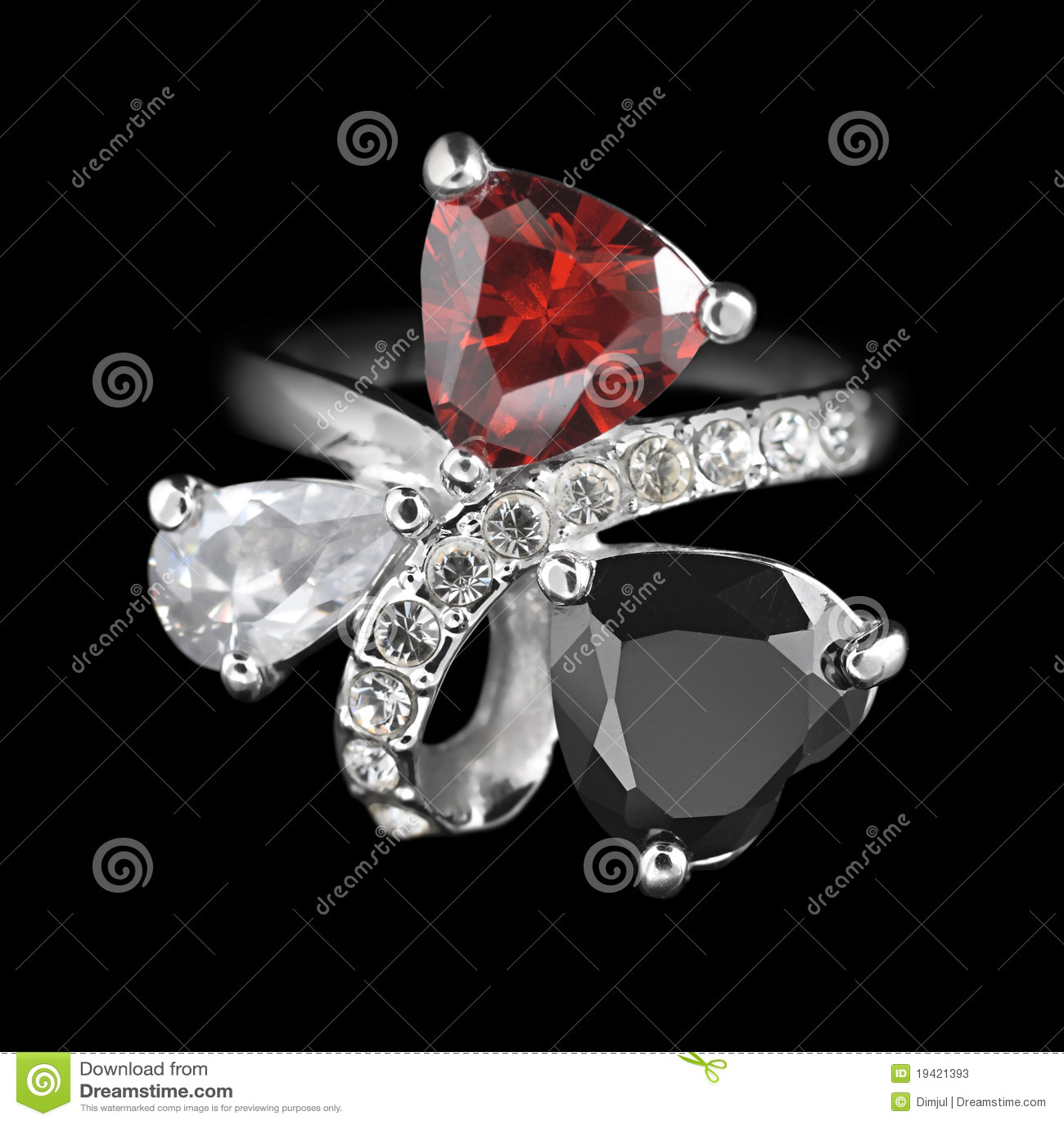 Ring met diamanten op zwarte
