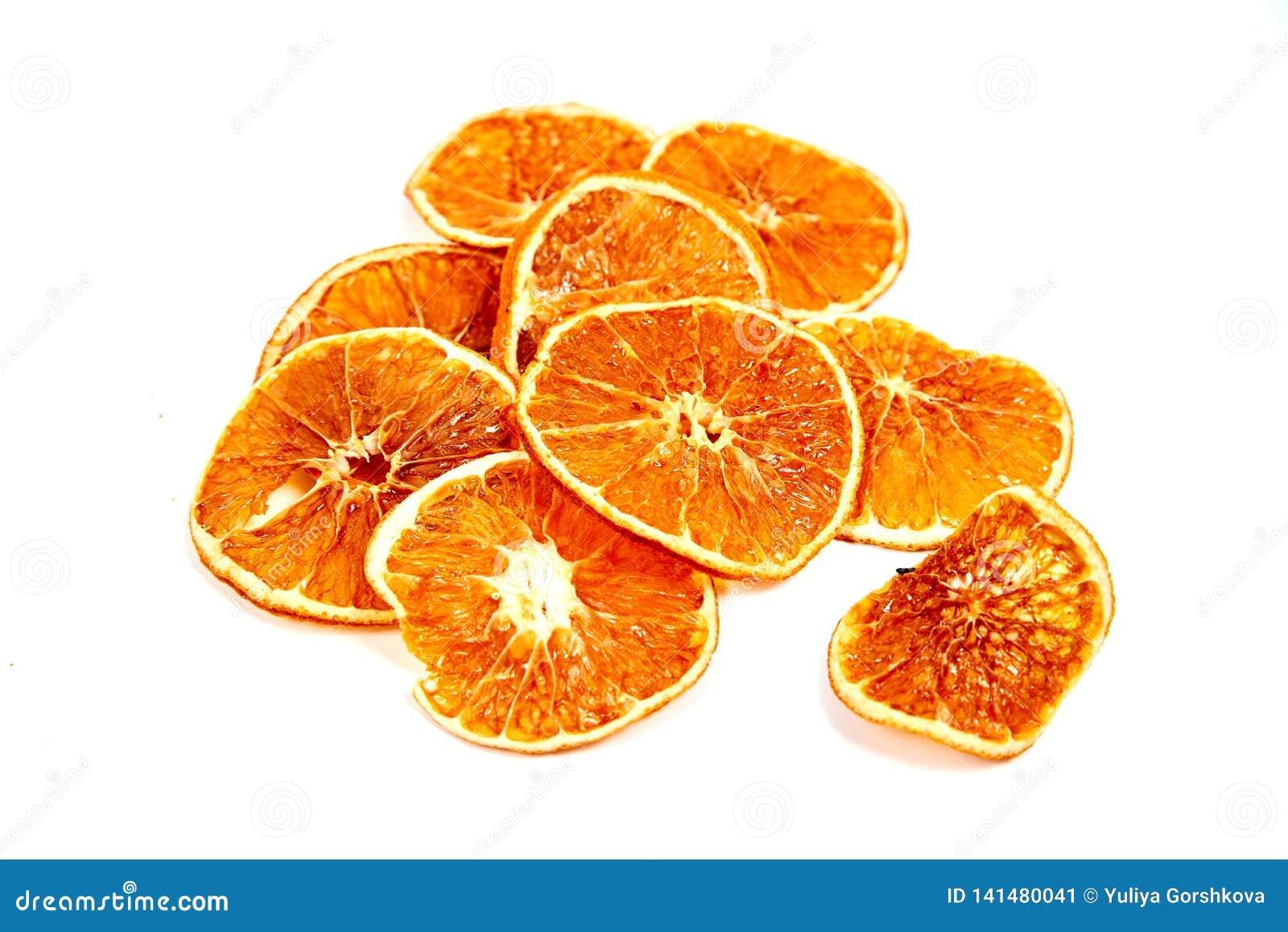Ringe der getrockneten Tangerine auf einem weißen Hintergrund