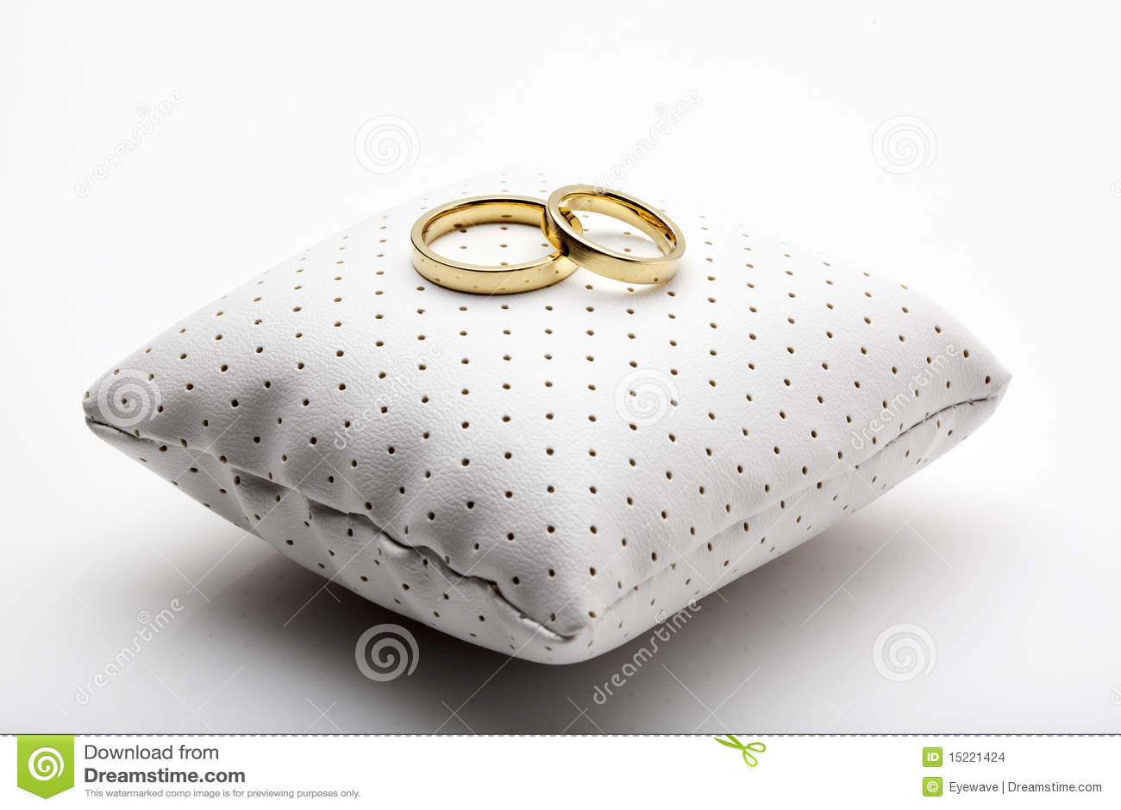 Ringe Der Goldenen Hochzeit Auf Kleinem Kissen Stockfoto Bild Von