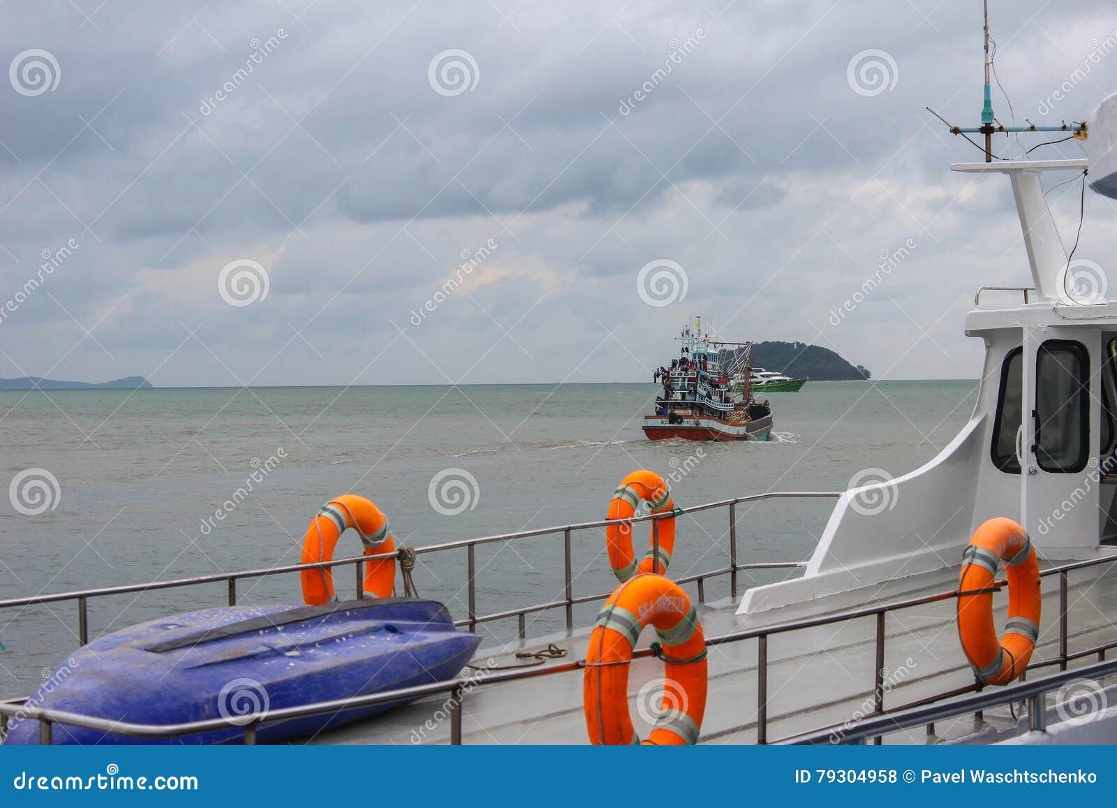 Ringlebenjunge auf großem Boot Obligatorische Schiffsausrüstung Persönliche Schwimmaufbereitung-Einheit Prevent Ertrinken Orange