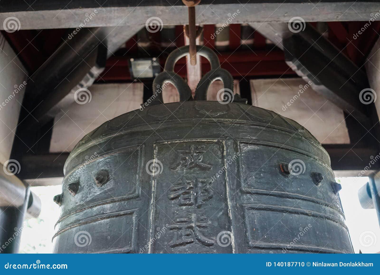 Ringowy dzwon w antycznej Chińskiej świątyni