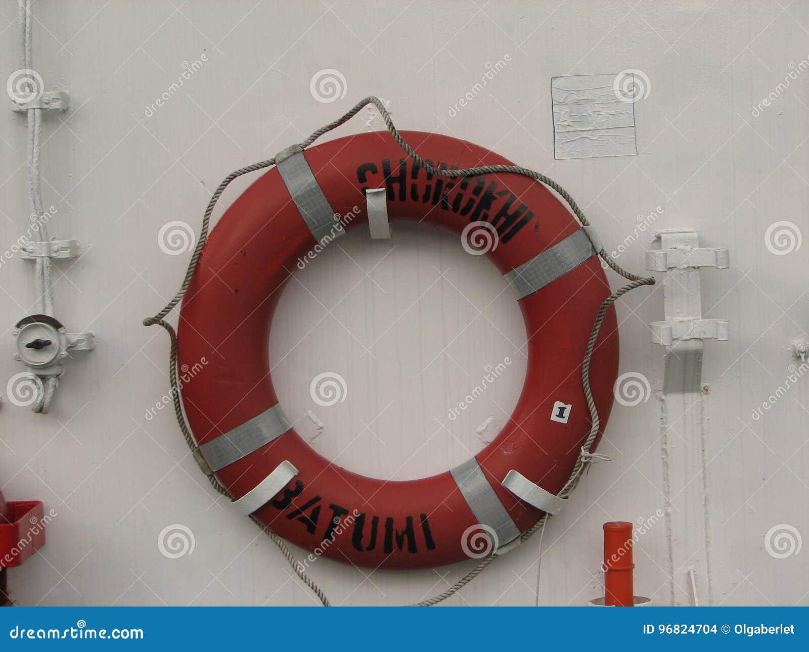 Ringsreddingsboeien op witte boot