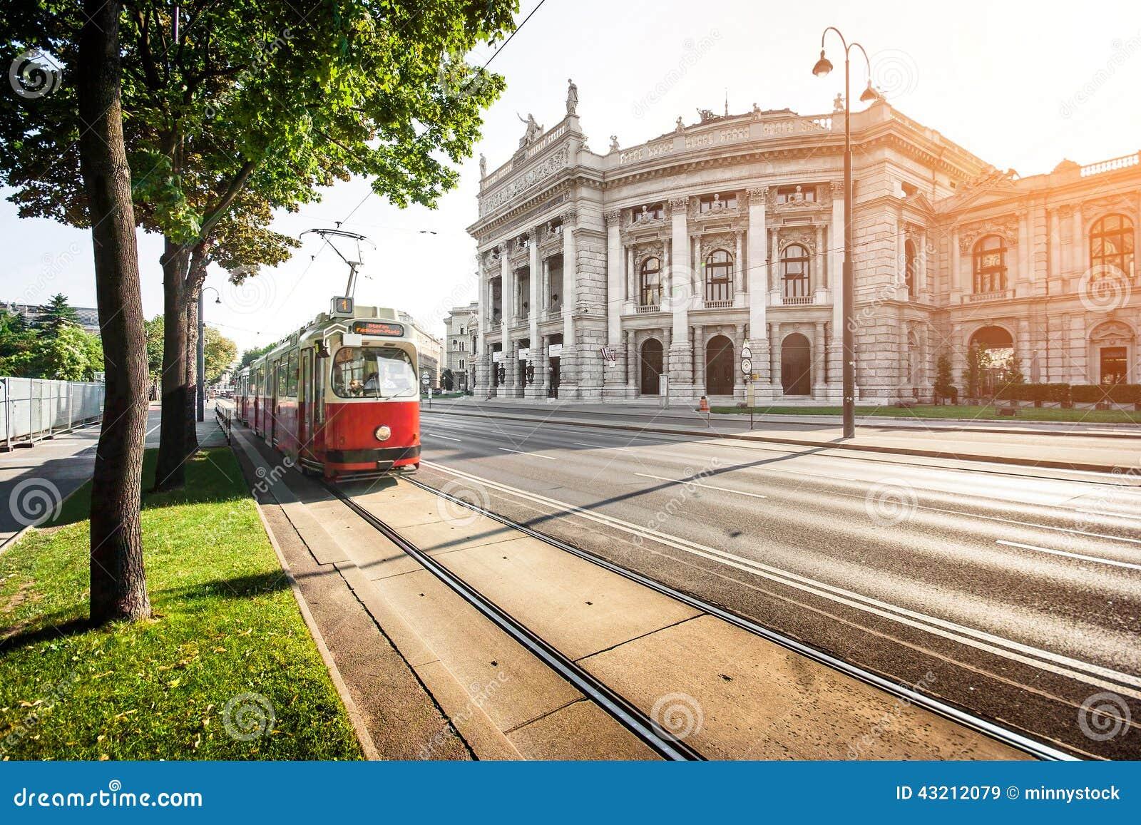 Ringstrasse famoso con la tranvía en Viena, Austria