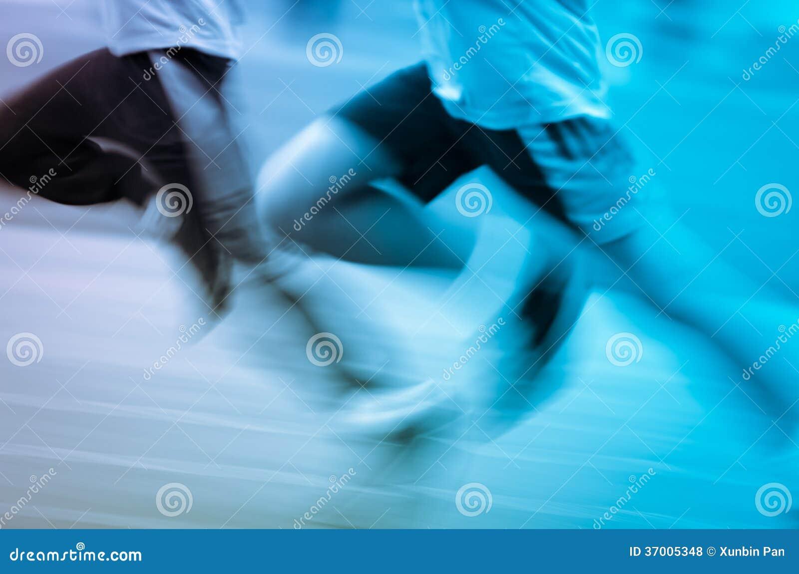 Rinnande barn på sportspår