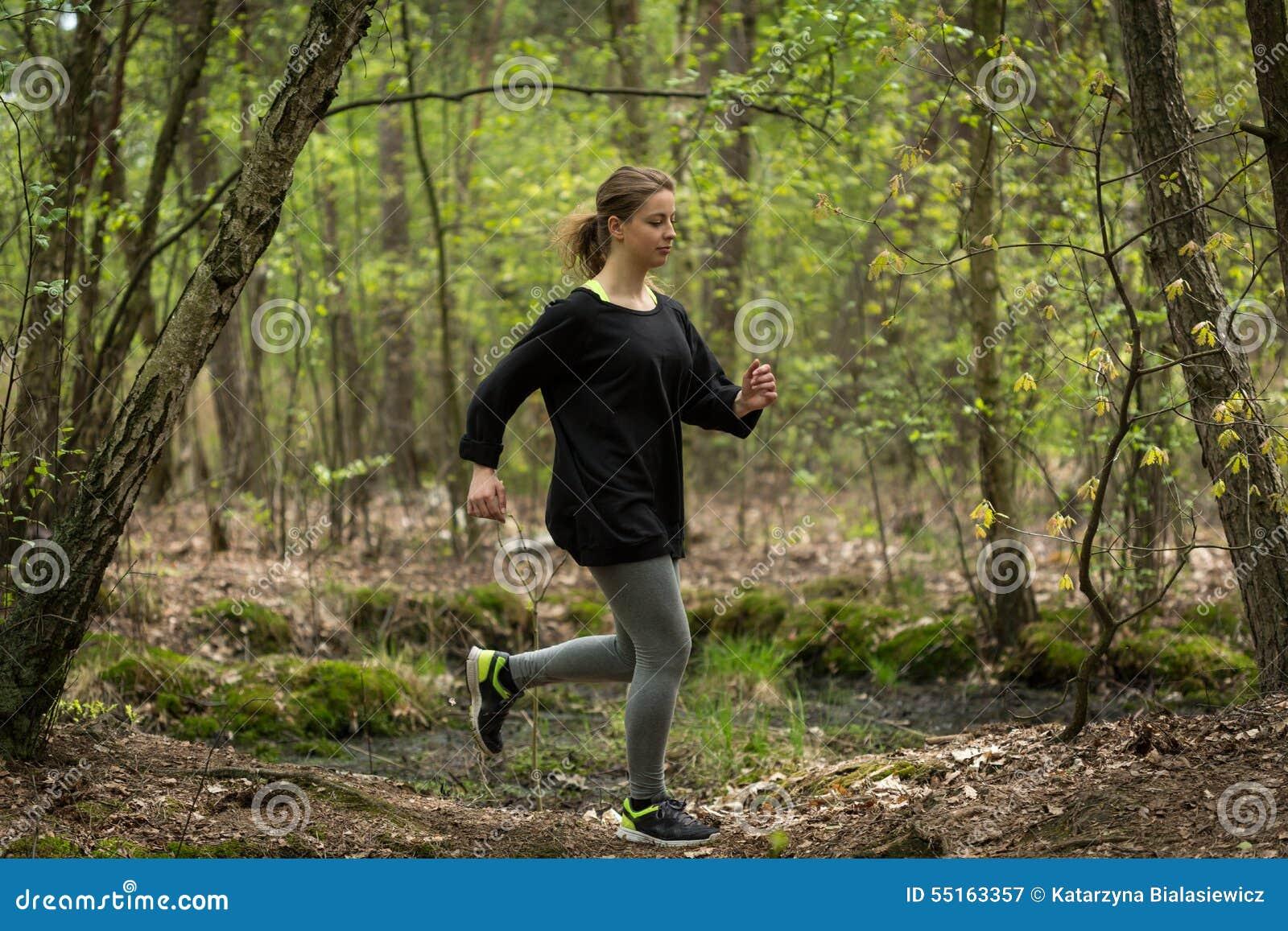 Rinnande färdig kvinna utomhus