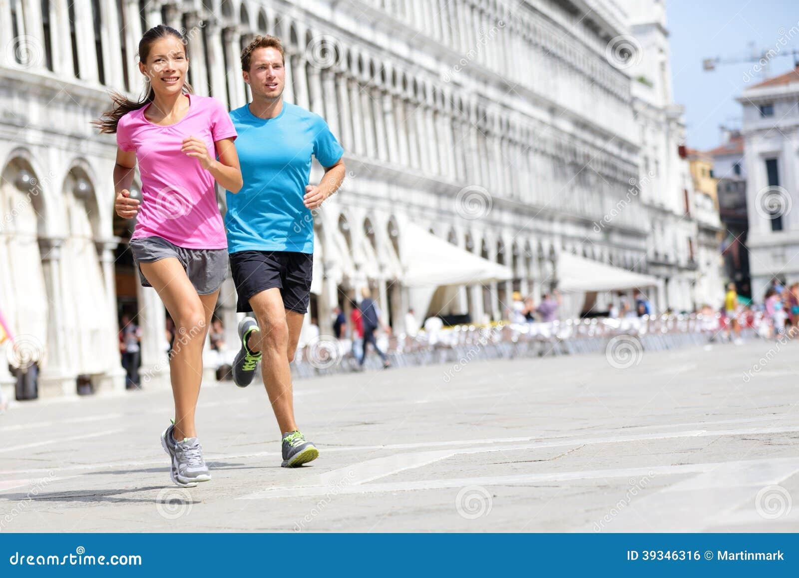 Rinnande löparepar som joggar i Venedig