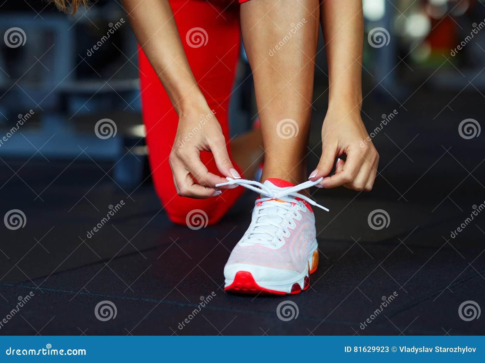 Rinnande skor - kvinnan som binder skon, snör åt