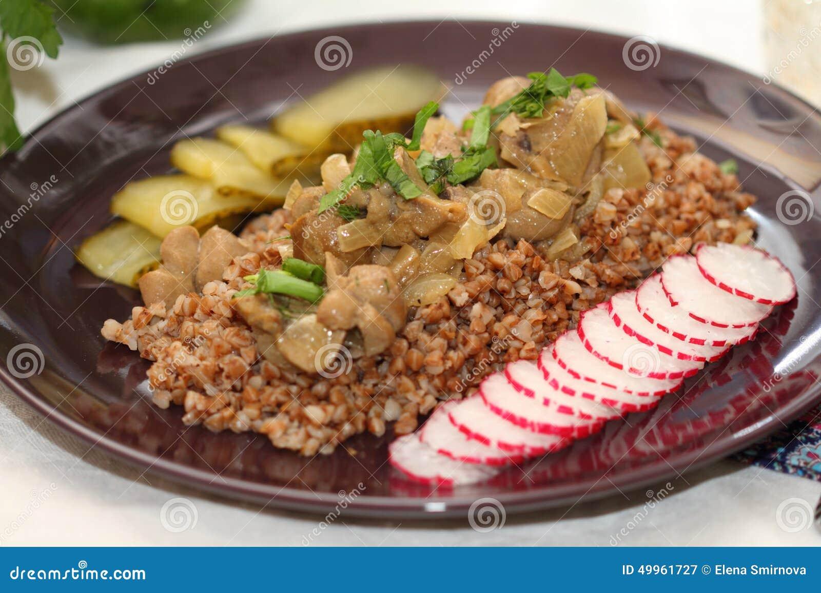 Rins da carne com trigo mourisco e verdes