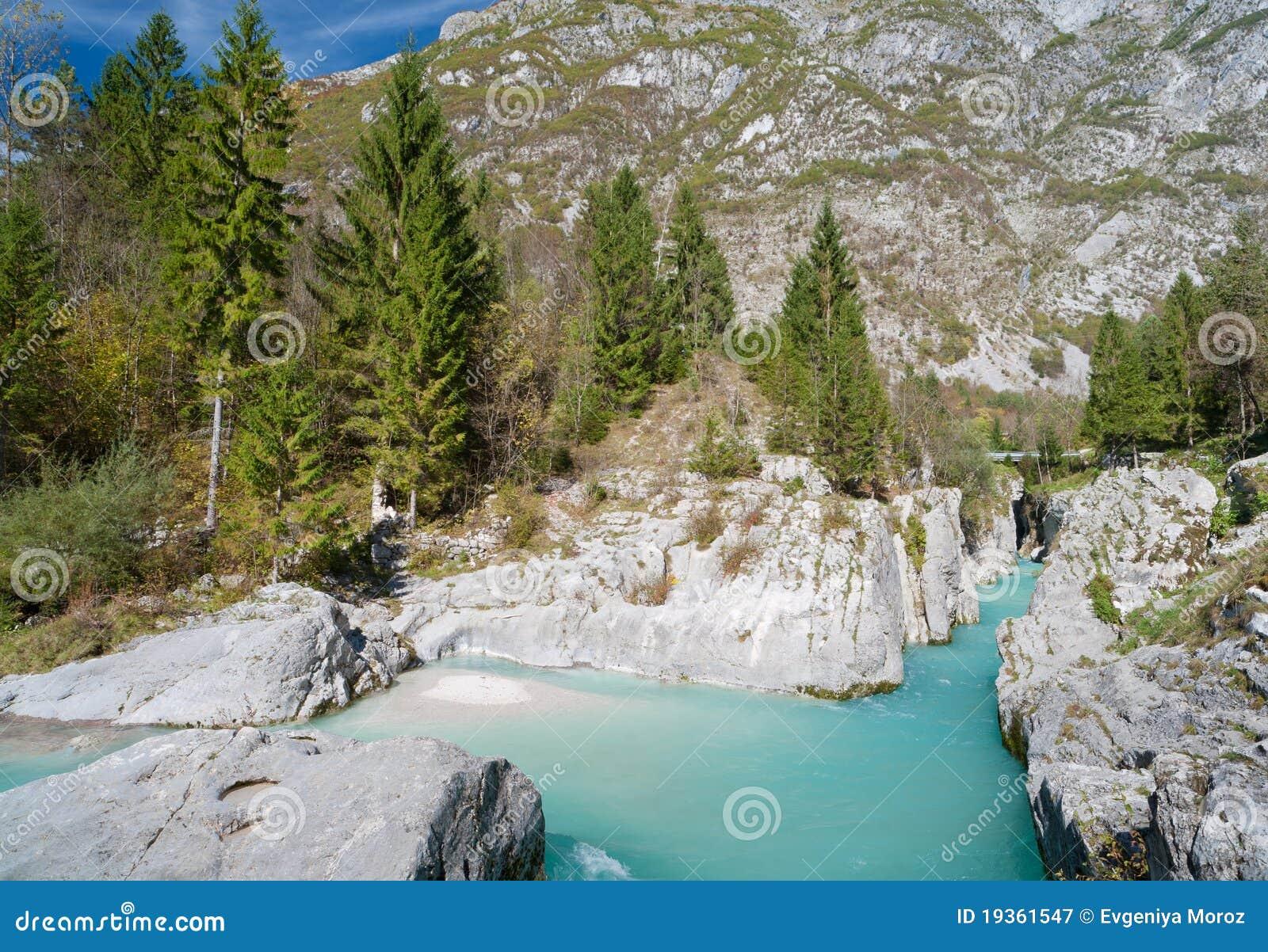 Rio bonito da montanha de turquesa. Soca