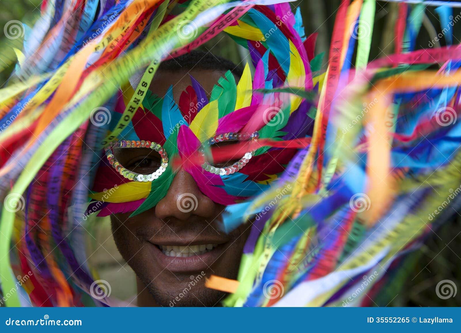 Rio Carnival Smiling Brazilian Man colorido na máscara