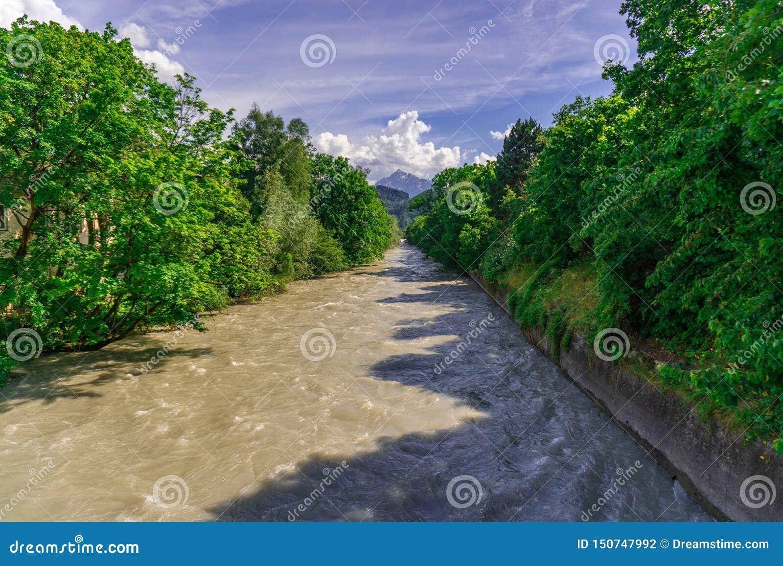 Rio com as árvores verdes e o céu azul