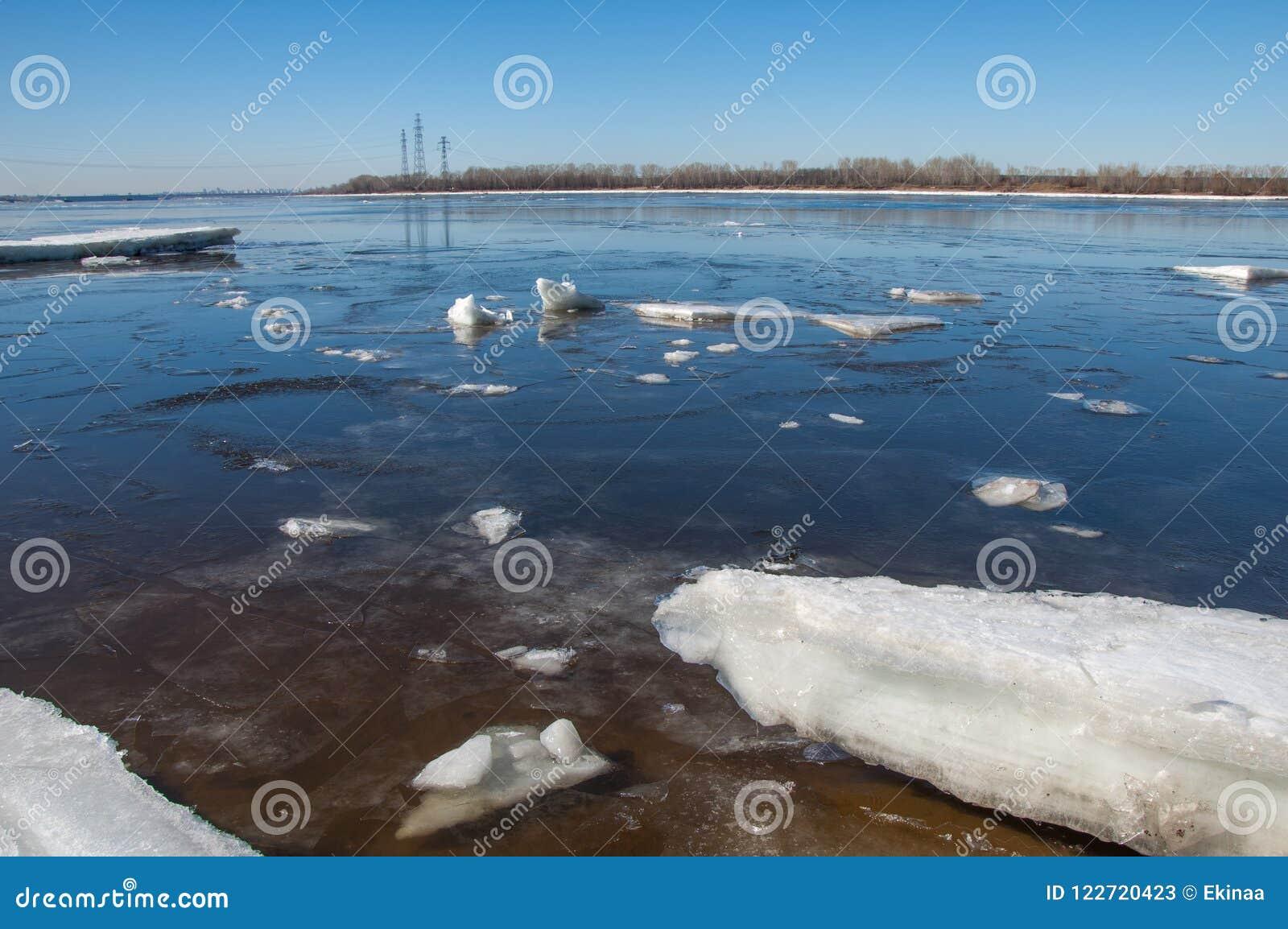 Rio com gelo quebrado Colunas da energia Montes do gelo no rio