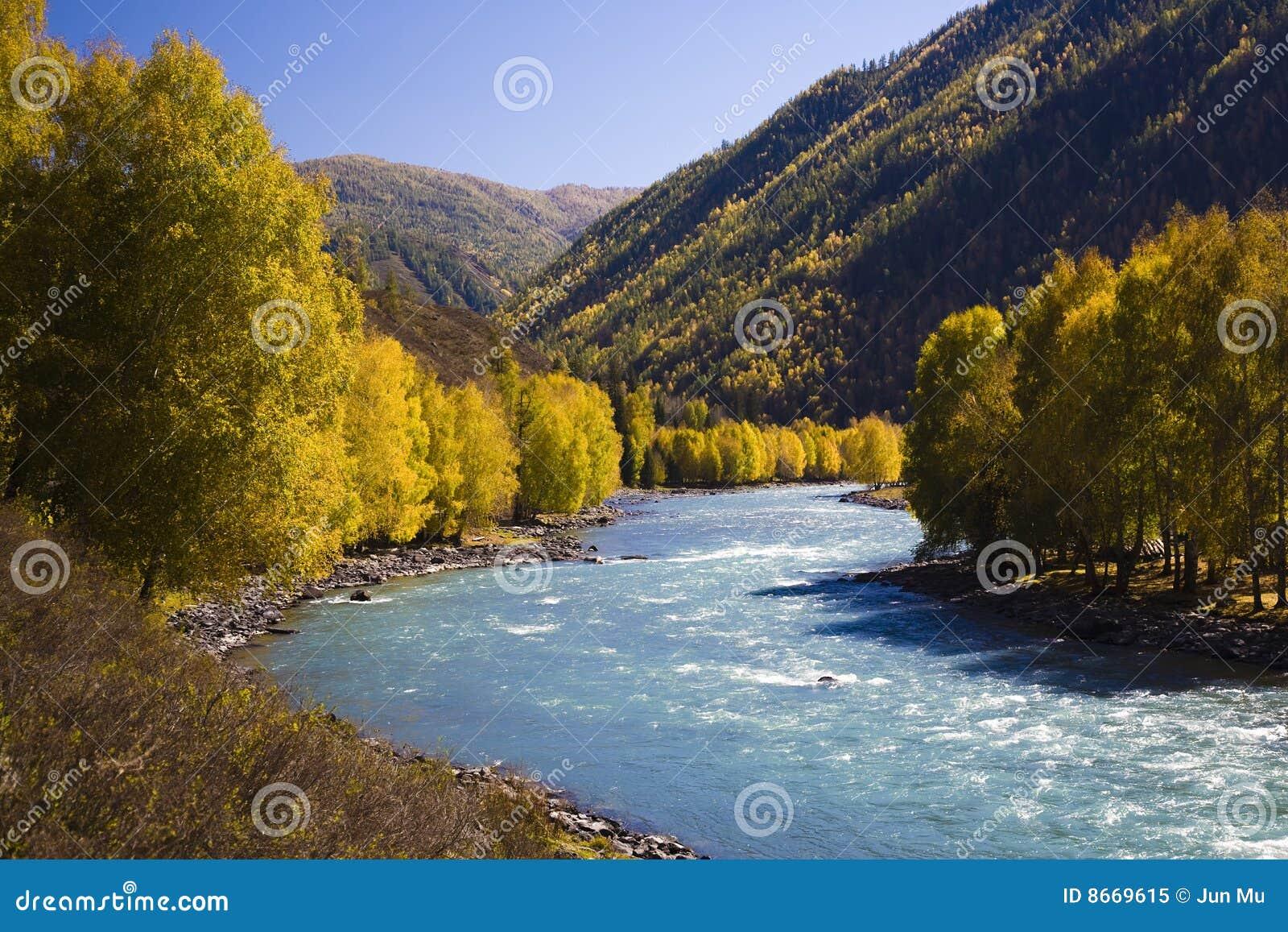 Rio com montanhas