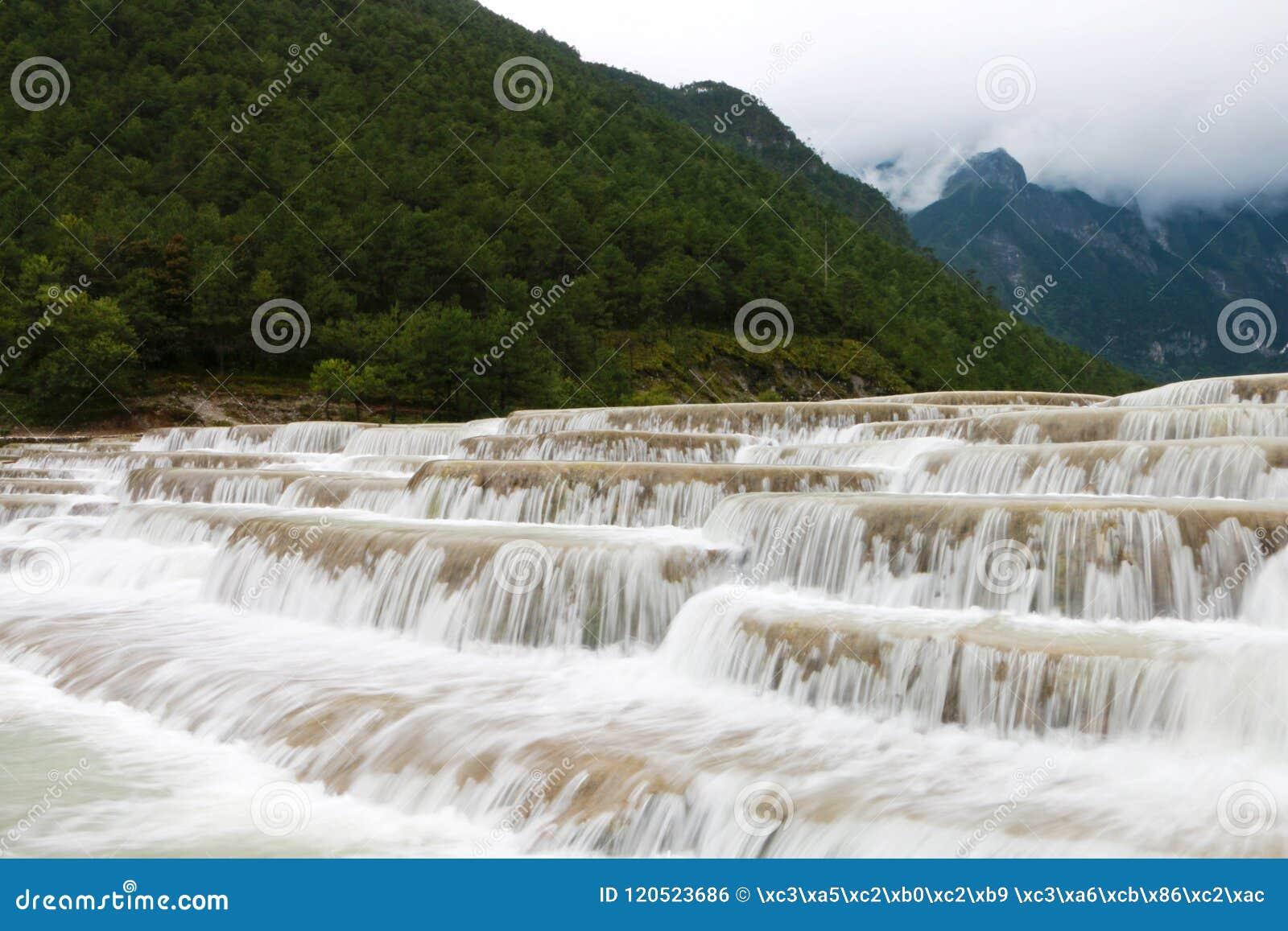 Rio da água branca, montanha da neve do dragão do jade, lijiang, yunnan, China