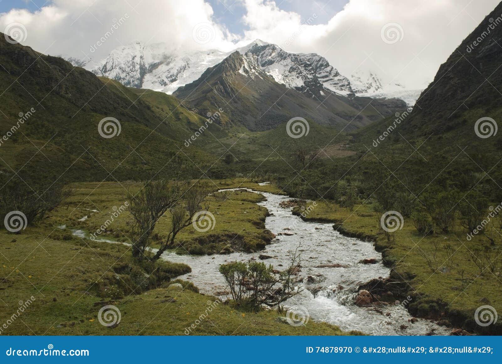 Rio da água derretida da geleira de Tullparahu que flui abaixo do vale de Quillcayhuance, Peru