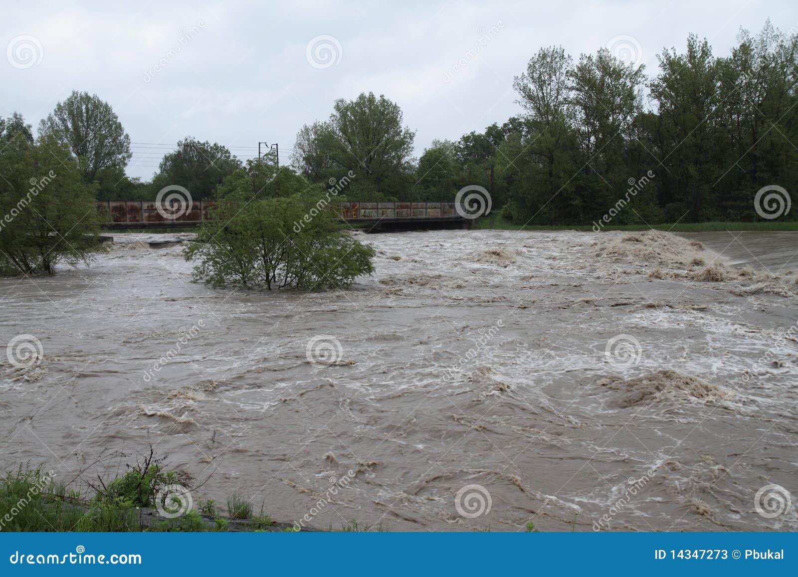 Rio da inundação