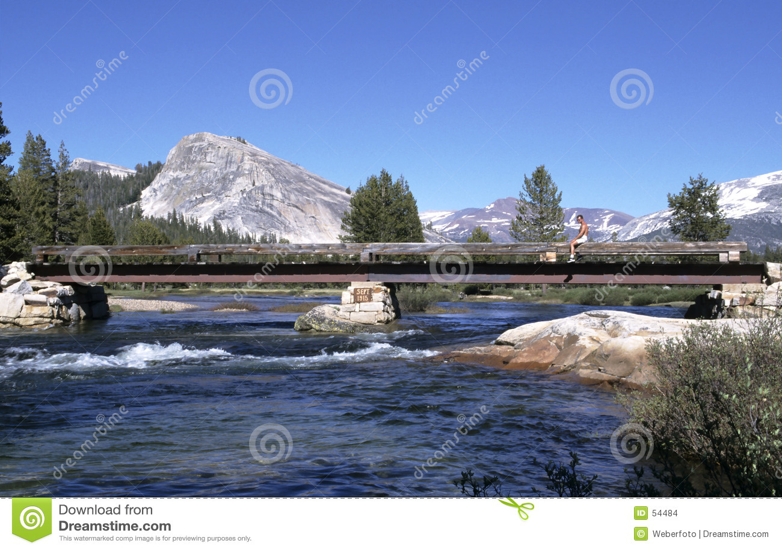 Rio da montanha com ponte