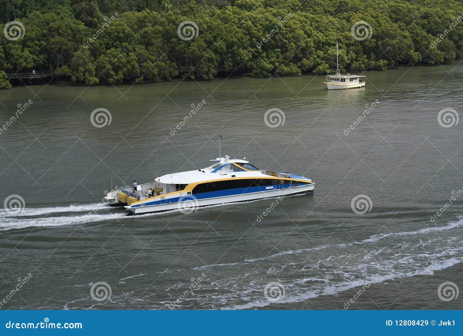 Rio de Brisbane com balsa