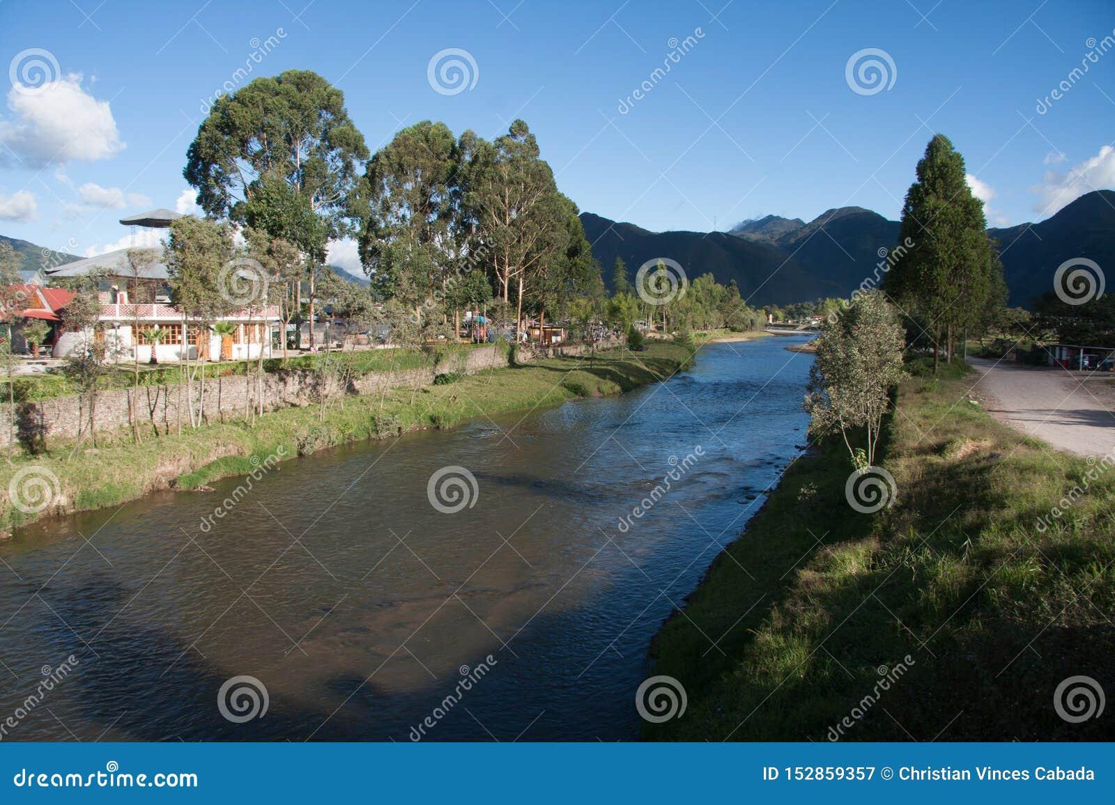 Rio de Chorobamba na província de Oxapampa, Peru