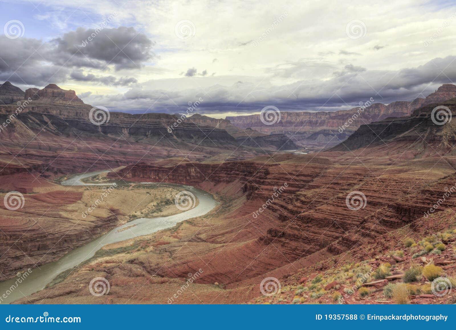 Rio de Colorado do enrolamento através da garganta grande