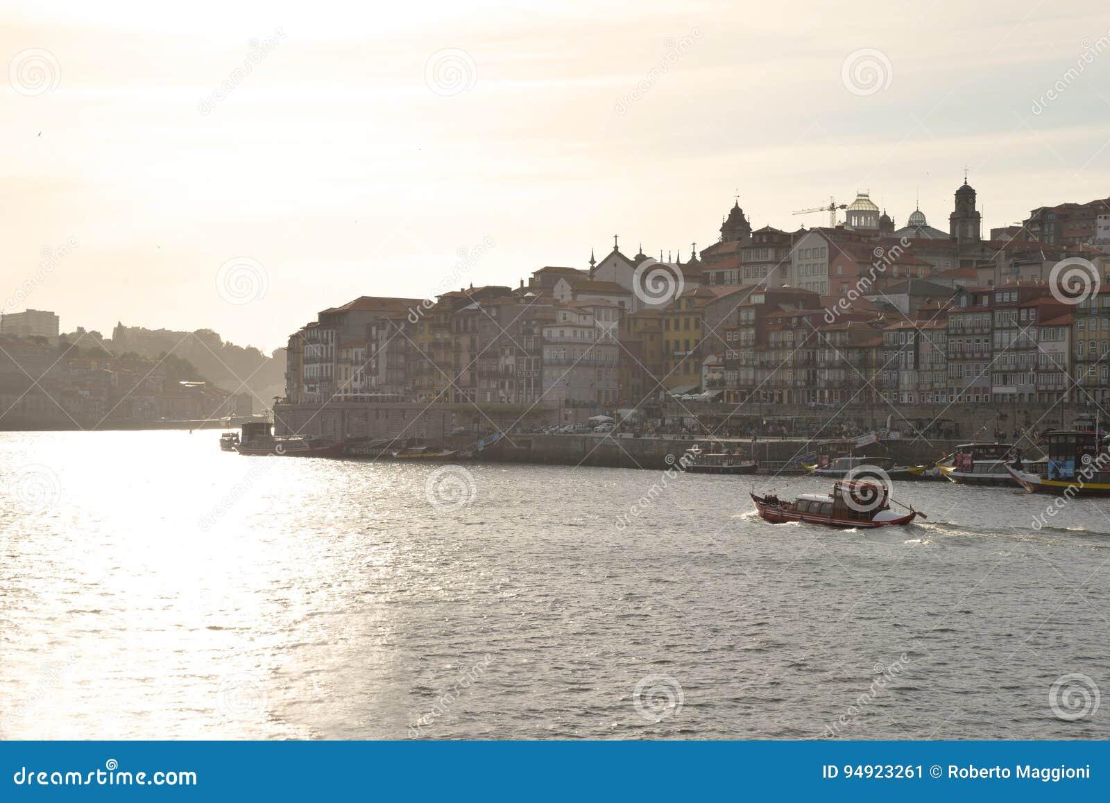 Rio de Duoro em Porto, Portugal Quarto de Ribeira no por do sol