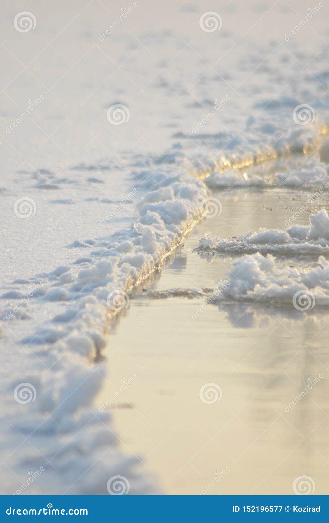 Rio de fluxo da banquisa O meio do inverno O leito fluvial Baixas temperaturas no dia gelado