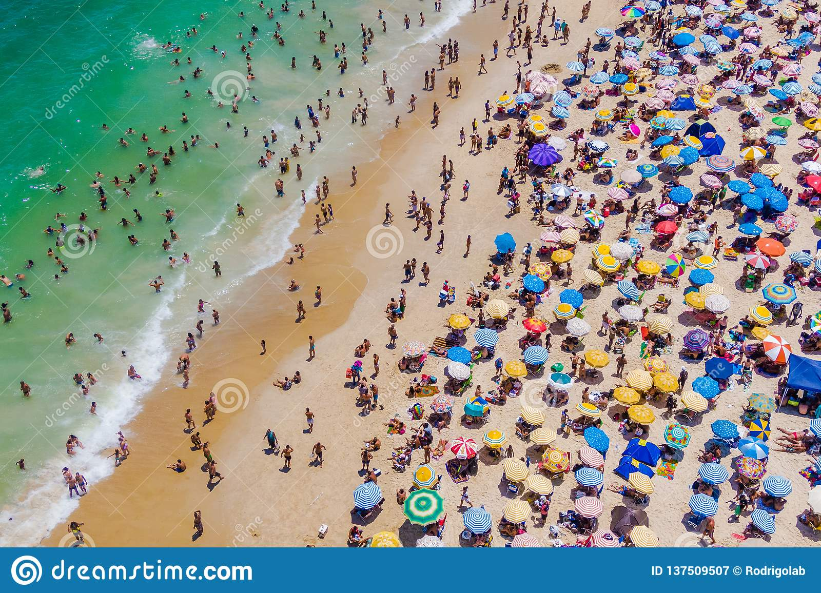 Rio De Janeiro, Brazylia, widok z lotu ptaka Pokazuje Colourful parasole i ludzi Kąpać się w oceanie Copacabana plaża