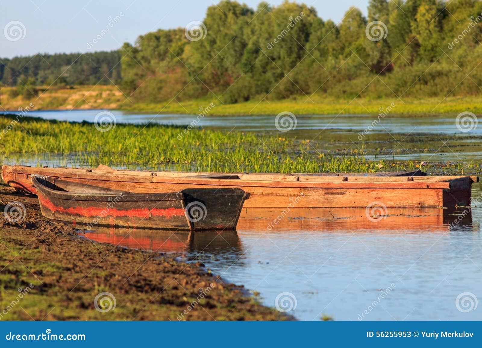 barcos de pesca de madeira amarrados no riverbank mr no pr no 0 11 0 #A66125 1300x956